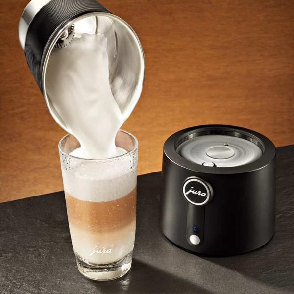 Piimavahustuskannu piima valamine